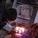 [穴窯体験 窯焚き5日目] 割木をくべる